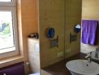 das großzügige Badezimmer