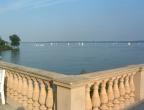 Blick von der Burggartenkolonnade auf den Schweriner See
